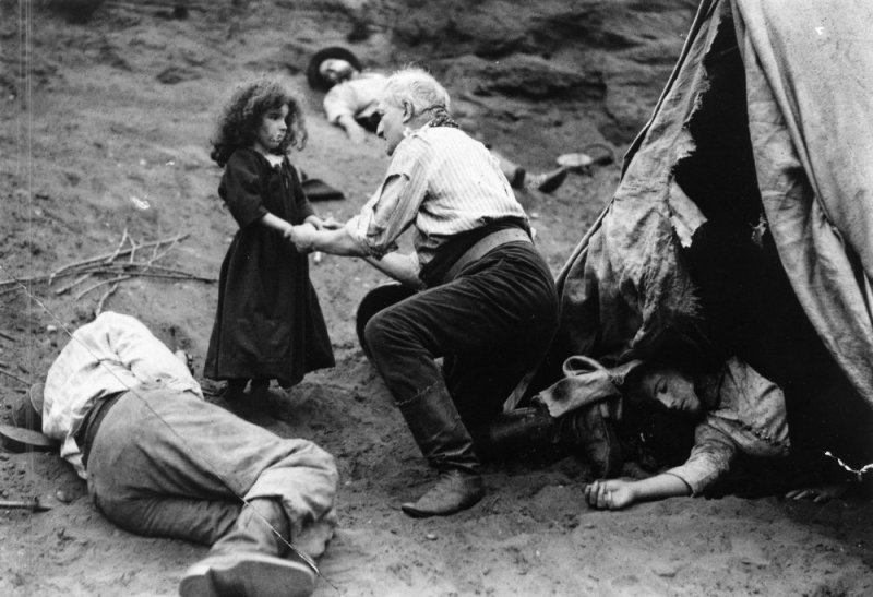 study-in-scarlet-a-1914-006-man-and-girl-on-battle-ground-00o-4r1